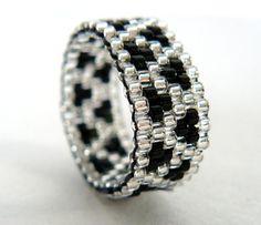 Black and Silver Beaded Ring Zig Zag Pattern door BrownIrisCreations, $16.00