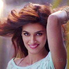 uder aisa crowd tho nai hota hai na mai aisa hi puch raha hu mom ko laka jata hu uder mai dekh na kai liya Indian Celebrities, Bollywood Celebrities, Beautiful Celebrities, Beautiful Actresses, Beautiful Bollywood Actress, Most Beautiful Indian Actress, The Most Beautiful Girl, Bollywood Stars, Bollywood Fashion