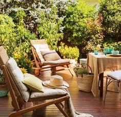 Zona de estar con tumbonas en comedor exterior. Rincón de estar