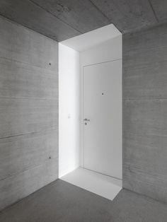 Source: dromik detail deur kleur grafisch beton interieur schilderwerk wit