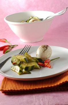Uova marmorizzate alla cinese con cetrioli agropiccanti