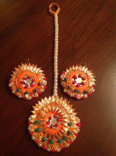 Fiesty orange Tika and studs with gota and green, shocking pink beads. Tassel Jewelry, Flower Jewelry, Fabric Jewelry, Silk Thread Earrings, Fabric Earrings, Quilling Rakhi, Gota Patti Jewellery, Rakhi Design, Rakhi Gifts