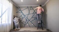 Эти изобретательные кумушки научат тебя разрисовывать стену в два счета! Скотч и краски разных цветов — всё, что понадобится. В результате стена станет украшением дома, на которое смотришь с наслажд…