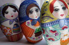 María, la colocha; Alberta y Lola. Tres matrioskas pintadas con crayolas y bordadas. http://gineceoblog.wordpress.com