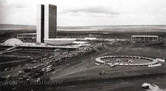 """Inauguração de Brasília, e o """"Forte Apache"""", acampamento da VW do Brasil composto por Kombis - vejam detalhes no link http://www.gromow.com/B/Homenagem-ao-cinquentenario-de-Brasilia-02.htm"""
