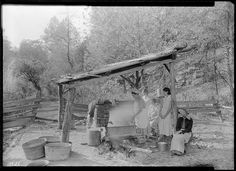Boiling down sorghum at the Stooksberry homestead near Andersonville, Tennessee, October 1933 Old Pictures, Old Photos, Vintage Photos, Tennessee Valley Authority, Dust Bowl, Still Picture, Photo Maps, Rural Area, Old Barns