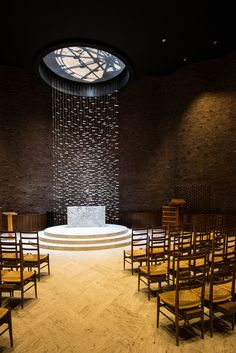 Curved brick surfaces are hidden behind the windowless exterior of this chapel by Modernist architect Eero Saarinen, captured by photographer Jim Stephenson Sacred Architecture, Religious Architecture, Architecture Details, Interior Architecture, Church Interior Design, Church Design, Halle, Robert Mallet Stevens, Modern Church