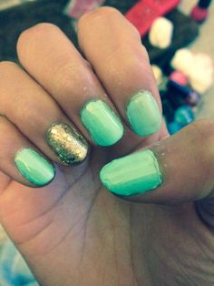 Mint and gold nails, I love these colors!