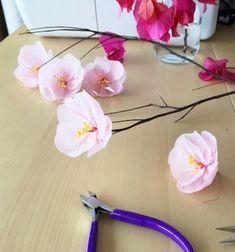 Szeretnéd az otthonodat  tavaszi színekbe  öltöztetni egyszerűen,  fillérekből ? Próbáld ki ezt a  kreatív ötlete  t ,a  selyempapírból készült ( cseresznye ) virágokat!  Szépek ugye? Természetesen ezeket a csodás  virágokat  nem csak  rózsaszínben ...