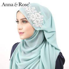 Sape je yang tak sukakan warna mint green kan? Sbb mint ni dan jadi ultra trendy color for the past few years..sebab warna mint nampak versatile sebagai paster cool color dan mudah dipadankan dengan kebanyakan tona warna. Cuba padankan dengan tona peach atau gold? Wow confirm eye-catching dan unik penampilan anda! 🌸 - Anna Muslim Women Fashion, Islamic Fashion, Hijab Dress, Hijab Outfit, Hijab Fashion, Fashion Dresses, Hijab Style Tutorial, Arabic Dress, Modern Hijab