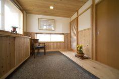 土間とは、家の中で床を張らず、靴を履いたまま入ることができるスペースです。現在の土間の床は、漆喰を塗り固めた三和土(たたき)や、コンクリート、タイルなどで仕上げられていることが多いですが、昔の民家では、単に土が固められたタイプもありました。