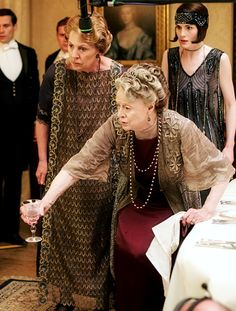 DOWNTON ABBEY ~ Penelope Wilton (Isobel Crawley), Michelle Dockery (Mary Crawley), and Maggie Smith (Violet Crawley) during the filming of a scene in Season Episode Downton Abbey Series, Cozy Mysteries, Murder Mysteries, Teen Party Games, Dowager Countess, Downton Abbey Fashion, Michelle Dockery, Maggie Smith, Judi Dench