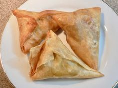Samosas (AKA samoosa in South Africa) – what are they and where do they come from? Simply put a samosa is a fried or baked pastry with a savory filing such as potato, peas, lentils, gr… South African Desserts, South African Dishes, South African Recipes, Indian Food Recipes, Ethnic Recipes, Africa Recipes, Indian Snacks, Meat Samosa, Beef Samosa Recipe