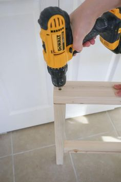 How to easily build a DIY outdoor chair for just $30 in lumber! This DIY patio chair matches our DIY outdoor couch to complete your DIY outdoor furniture set! Click to get the free tutorial! Diy Projects Plans, Woodworking Projects Diy, Diy Wood Projects, Furniture Projects, Diy Furniture, Antique Furniture, Outdoor Furniture Plans, Wood Pallet Furniture, Exterior Wood Stain