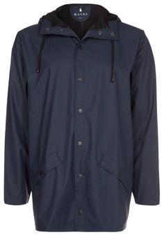 Rains. Regnjakke / vandafvisende jakker - blue. Lukning, lås:knap. Materiale:50% polyurethan, 50% polyester. Samlet længde:98 cm i størrelsen M/L. Jakkehætte:hætte med løbegang. Plejeanvisning:maskinvask ved 40°C,ikke egnet til tørretumbler. Ryg...