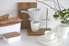Frisch und von Hand gebrühter Kaffee soll 2018 viel mehr in unserem Alltag integriert sein. Kapseln sind so 2017 und wahre Umweltsünder. Die KPM Kaffeestation, der KPM Porzellanfilter und das WEITZ Bone China Geschirr sind die perfekten Utensilien für umweltschonenden Kaffeegenuss.