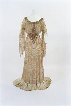 Jacques Doucet 1910 dress at the Bunka Gakuen Museum