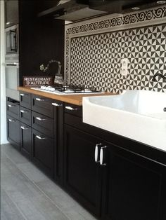 ideas for kitchen backsplash white cupboards interior design Modern Retro Kitchen, Modern Sink, Kitchen Tiles, New Kitchen, Kitchen White, Kitchen Sink, Kitchen Cabinets, Narrow Kitchen, Condo Kitchen