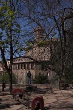 Des del parc continu a la Capella de la Pietat es pot veure en la seva totalitat la casa Bofill, un hostal i restaurant que va ser edificat al 1989. Va ser un encàrrec del Dr. Ramón Bofill, un dels primers dentistes d'Espanya. El seu arquitecte va ser Jose Doménech i Estepá, conegut per ser l'arquitecte d'edificis emblemàtics com el de Catalana de Gas (Portal de l'Àngel), l'Hospital Clínic, La Salle Bonanova, el Palau de Justícia, la Presó Model, entre d'altres. Viladrau, Osona, Catalunya.