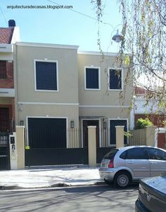 Contemporary facade of residential house with black windows, doors, fence and gate - Casa familiar de barrio entre medianeras estilo Contemporáneo en Buenos Aires