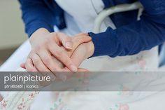 p5149345f, 25-30 Jahre, Älter werden, Erwachsener, Hand, Junger Erwachsener, Medizinisches Personal, Trösten, Weiblich