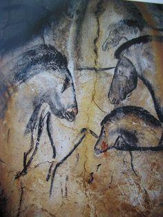 Art, peintures pariétales dans la grotte de Chauvet. Représentation de chevaux,  Situés à 180 m de l'entrée actuelle, le Panneau des Chevaux est l'un des ensembles les plus beaux ; il regroupe une vingtaine de figures noires, dessinées au fusain et rehaussées de gravures au silex.