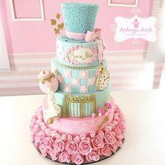 """605 curtidas, 33 comentários - Andrezza Acioli (@andrezzaacioli) no Instagram: """"Um bolo e uma palavra: AMOR Bolo mais que especial, para a minha Maria Alice no País das…"""""""