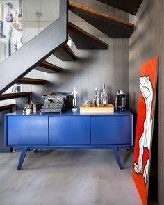 O que fazer com esse espaço embaixo da escada, heim?Arma um boteco que fica show de bola! #inspiração