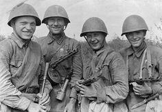 Группа красноармейцев, захвативших штабную машину противника с ценными документами 1942, групповой портрет, разведчик