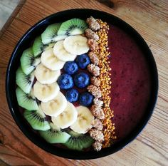 Acaibowl mixed with blueberry, lucuma, pineapple and strawberries, topped with kiwi, banana, blueberry, mullberry and bipollen.