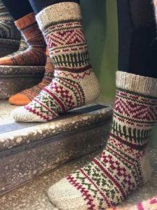 Kuvahaun tulos haulle villasukka ohjeita Knitted Slippers, Knitting Socks, Mittens, Diy And Crafts, Weaving, Cozy, Crochet, Handmade