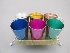 Bunte Gläser Becher Trinkbecher aus Aluminium in einem Messingständer, mit Halterung, Pastell von ShabbRockRepublic auf Etsy