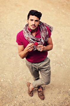I love the scarf on this summertime outfit. It adds a nice touch of flair to a simple, yet well-assembled outfit.