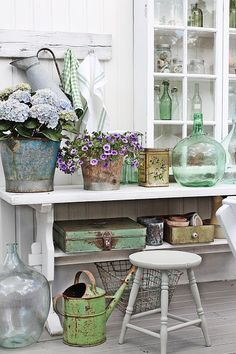 Shabby to Chic: Five Ways to Revamp and Modernize Your Shabby Chic Room - Sweet Home And Garden Shabby Chic Homes, Shabby Chic Decor, Vintage Decor, Rustic Decor, Farmhouse Decor, Farmhouse Style, Coastal Farmhouse, Vintage Chairs, Rustic Style