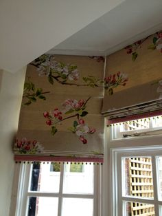 Roman blinds in a bay window - note the pattern matching! Roman blinds in a bay window - note the pattern matching! Bay Window Blinds, Blinds For Windows, Curtains With Blinds, Valances, Wood Blinds, Bay Window Treatments, Window Coverings, House Blinds, Cheap Curtains