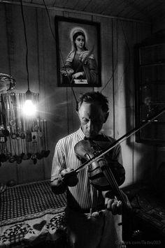 Descendente de imigrante polonês, tocando violino.  Vista Alegre do Prata - RS - BR  Data: 14.01.2005
