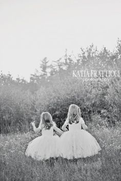 Run in the fields: | 34 Beautiful And Creative Photography Ideas For Twins