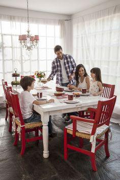 El comedor de diario es el lugar donde compartimos pequeños momentos en familia, por eso debemos tener en cuenta que las sillas tienen que ser cómodas; y la mesa, práctica y funcional.  Para la decoración, la clave está en poner un punto de color para lograr un ambiente divertido.