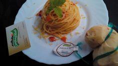 Ciao a tutti, oggi vi propongo un piatto semplice nella sua preparazione, gustoso grazie alla Scamorza al Peperoncino del Caseificio 3 Monti. Questo particolare latticino grazie al sapore inconfondibile del peperoncino, rende questo prodotto gustoso e versatile, in cucina, vi propongo degli spaghetti al pomodoro San Marzano fresco e la grandiosa Scamorza al Peperoncino del Caseificio 3 Monti.