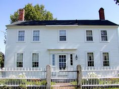 House Styles: - Georgian Colonial House Style: Spacious and comfortable, Georgian Colonial architecture reflected the rising ambition of a new country. See below for more about the Georgian Colonial style. American Colonial Architecture, Georgian Architecture, Historic Architecture, Historic Houses, House Architecture, Georgian Style Homes, Colonial Style Homes, Dutch Colonial, British Colonial