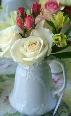 Vases et fleurs romantiques