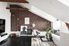 Un mur en brique apparente à l'intérieur de la maison ? Il y a quelques années ce serait un indice de maison en construction ou de rénovations en cours.
