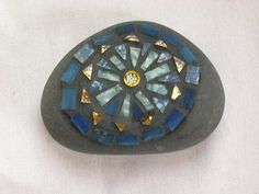 Mosaic Rocks, Stone Mosaic, Mosaic Glass, Stained Glass, Glass Art, Mosaic Projects, Mosaic Ideas, Hand Painted Rocks, Painted Stones