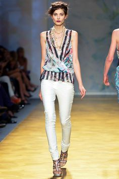 Nicole Miller Spring 2014 Ready-to-Wear Collection Slideshow on Style.com white jeans stripped blouse flower