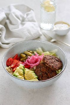 This Veggie Burger in a Bowl Recipe is made with homemade black bean burgers and layered into a bowl with burger toppings, salad, and a vegan burger sauce. Burger Toppings, Burger Salad, Veggie Recipes, Vegetarian Recipes, Vegetarian Lunch, Vegan Meals, Burger In A Bowl, Pasta With Walnuts, Vegan Veggie Burger