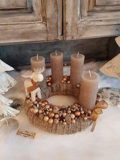 Christmas Advent Wreath, Christmas 2019, Christmas Decorations, Wreaths For Front Door, Door Wreaths, Light Decorations, Halloween Diy, Centerpieces, Candle Holders