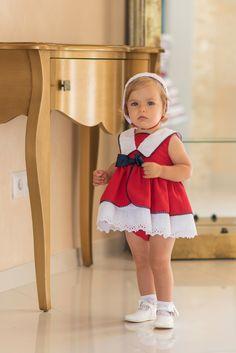 Jesusito para bebé formado por vestido navy de color rojo con cuello  camisero terminado en puntilla blanca en bajo y adornado con lazo azul  marino en parte ... df2d955fdaa3