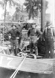 De in de haven van Tholen van mijn overgrootvader Kees Bout . Old Photos, Vintage Photos, Folk Costume, Costumes, Vanz, Rugged Men, Sailors, Knitting Projects, The Locals