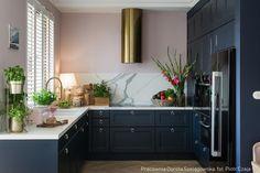 Tam_i_tu Pauli – odwiedzamy dom pełen inspiracji Art Deco Kitchen, Home Decor Kitchen, Interior Design Kitchen, Home Kitchens, G Shaped Kitchen, Kitchen Cabinets Decor, Living Room Decor, House Design, House Styles