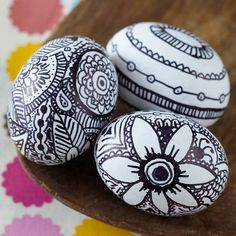 Customize Easter eggs with pretty doodles using permanent markers. More no-dye Easter egg ideas: http://www.bhg.com/holidays/easter/eggs/pretty-no-dye-easter-eggs/?socsrc=bhgpin022613markereggs=3